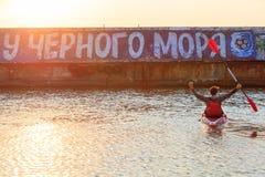 Odessa 2017 El Kayaking en el Mar Negro Un hombre está sosteniendo un remo en su mano, sentándose en un kajak Foto de archivo
