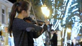 Odessa, 20 Oktober, 2018 Het jonge meisje, straatmusicus, speelt enthousiast de viool stock videobeelden