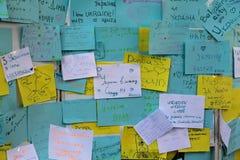 Odessa, Ucrânia - Avgust 24, 2015: Etiquetas na parede com mensagens da unidade e da paz Fotografia de Stock