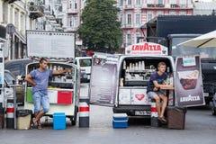 ODESSA, UCRÂNIA - 13 DE AGOSTO DE 2015: Caminhões móveis e camionetes do café que vendem o café na rua principal de Odessa Imagens de Stock Royalty Free