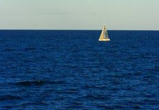 Odessa, Ucrânia - 8 de agosto de 2018 Veleiro lindo no mar aberto imagem de stock