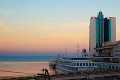 Odessa, Ucrânia - 2 de janeiro de 2017: Odessa Marine Station e o porto no por do sol imagens de stock royalty free