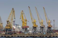 Odessa, Ucrânia - 30 de julho de 2016: Guindastes do recipiente no porto da carga Imagem de Stock Royalty Free