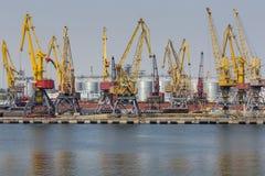 Odessa, Ucrânia - 30 de julho de 2016: Guindastes do recipiente no porto da carga Imagens de Stock