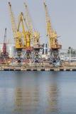 Odessa, Ucrânia - 30 de julho de 2016: Guindastes do recipiente no porto da carga Fotografia de Stock