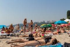 Odessa, Ucrânia - 26 de julho de 2015: os povos relaxam e tomam sol na praia em Odessa, Ucrânia Imagem de Stock
