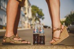 ODESSA, UCRÂNIA - 15 DE OUTUBRO DE 2014: Feche acima dos pés da mulher que estão na ponta do pé ao beijar com verão do homem fora Fotos de Stock