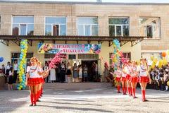 Odessa, Ucrânia - 1º de setembro de 2015: A linha da escola está no recreio O dia do conhecimento em Ucrânia, grupo da dança da e Foto de Stock