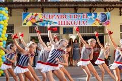 Odessa, Ucrânia - 1º de setembro de 2015: A linha da escola está no recreio O dia do conhecimento em Ucrânia, grupo da dança da e Imagem de Stock Royalty Free