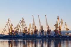 Odessa, Ucrânia - Januadry 02, 2017: Os guindastes no terminal do porto da carga, guindastes do recipiente da carga refletiram na foto de stock