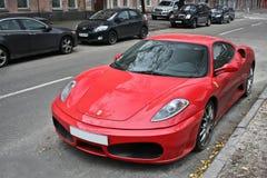 Odessa, Ucrânia O 13 de outubro 2012 Ferrari F430 na rua fotos de stock royalty free