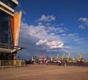 Odessa, Ucrânia, vista do porto, o porto no tempo ensolarado do verão Imagem de Stock Royalty Free