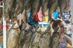 ODESSA, UCRAINA - 6 AGOSTO 2014: Peschi il venditore nel mercato di Privoz, Odessa, Ucraina Immagini Stock