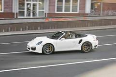 Odessa, Ucraina 3 settembre 2017 Convertibile bianco nel moto Cabriolet 991 di Porsche 911 Turbo S fotografie stock libere da diritti