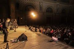 Odessa, Ucrania - 8 de abril de 2019: muchedumbre de espectadores en el concierto de rock por ALOSHA durante la demostración de l imagenes de archivo