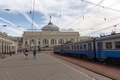 Odessa, Ucrania - 23 de agosto de 2015: Gente en la plataforma del stationon ferroviario Fotografía de archivo libre de regalías