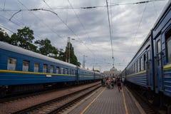 ODESSA, UCRANIA - 13 DE AGOSTO DE 2015: Gente que sube a un tren en las plataformas de la estación de tren de Odessa Foto de archivo libre de regalías