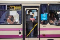 ODESSA, UCRANIA - 13 DE AGOSTO DE 2015: Pasajeros que miran fuera de la ventana de un marshrutka Fotografía de archivo libre de regalías