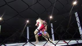 Odessa, Ucrania - 13 de diciembre de 2014: El deporte extremo mezcló judo del karate del boxeo de la competencia del Iron Fist 2  metrajes