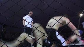 Odessa, Ucrania - 13 de diciembre de 2014: El deporte extremo mezcló judo del karate del boxeo de la competencia del Iron Fist 2  almacen de video