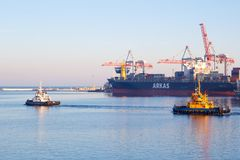 ODESSA, UCRANIA - 2 DE ENERO DE 2017 barco del tirón que sale del puerto de Odessa foto de archivo libre de regalías