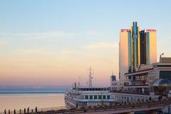 Odessa, Ucrania - 2 de enero de 2017: Odessa Marine Station y el puerto en la puesta del sol fotografía de archivo