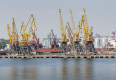 Odessa, Ucrania - 30 de julio de 2016: Grúas del envase en puerto del cargo Foto de archivo