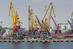 Odessa, Ucrania - 30 de julio de 2016: Grúas del envase en puerto del cargo Imagen de archivo libre de regalías
