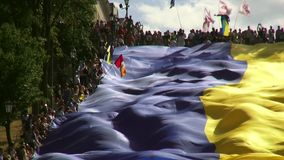 Odessa, Ucrania - 28 de junio de 2014: celebración de la constitución de Ucrania en Odessa en la bandera nacional grande de las e almacen de video