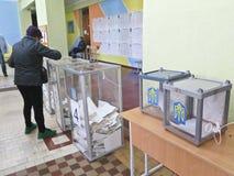 Odessa, Ucrania - 31 de marzo de 2019: lugar para la gente de votantes de votaci?n en las elecciones pol?ticas nacionales en Ucra fotografía de archivo