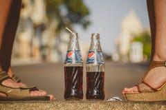 ODESSA, UCRANIA - 15 DE OCTUBRE DE 2014: Ciérrese para arriba de los pies de la mujer que se colocan delante de verano del hombre Fotos de archivo