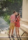 ODESSA, UCRANIA - 15 DE OCTUBRE DE 2014: Pares jovenes felices que abrazan y que besan al aire libre el verano que bebe Pepsi frí Fotos de archivo