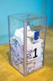 Odessa, Ucrania - 25 de octubre de 2015: Urna para del voto de votación Foto de archivo libre de regalías