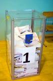 Odessa, Ucrania - 25 de octubre de 2015: Urna para del voto de votación Imagen de archivo