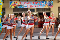 Odessa, Ucrania - 1 de septiembre de 2015: La línea de la escuela está en patio El día del conocimiento en Ucrania, grupo de la d Foto de archivo
