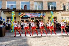 Odessa, Ucrania - 1 de septiembre de 2015: La línea de la escuela está en patio El día del conocimiento en Ucrania, grupo de la d Imagen de archivo