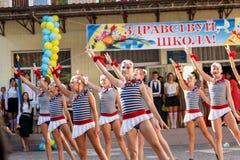 Odessa, Ucrania - 1 de septiembre de 2015: La línea de la escuela está en patio El día del conocimiento en Ucrania, grupo de la d Fotografía de archivo libre de regalías