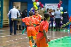 Odessa, Ucrania - Decemb 25, 2018: Los niños jovenes juegan a rugbi mientras que juegan en la escuela derby de la ciudad en sitio imágenes de archivo libres de regalías