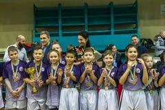 Odessa, Ucrania - Decemb 25, 2018: Los niños jovenes juegan a rugbi mientras que juegan en la escuela derby de la ciudad en sitio imagenes de archivo