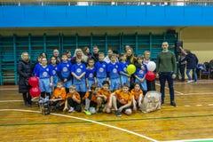 Odessa, Ucrania - Decemb 25, 2018: Los niños jovenes juegan a rugbi mientras que juegan en la escuela derby de la ciudad en sitio imagen de archivo libre de regalías