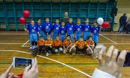 Odessa, Ucrania - Decemb 25, 2018: Los niños jovenes juegan a rugbi mientras que juegan en la escuela derby de la ciudad en sitio foto de archivo