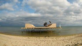 ODESSA, UCRANIA, EL 22 DE AGOSTO DE 2017 Timelapse del rodillo del edificio y de la rampa patinadora sobre el agua en el Mar Negr almacen de video
