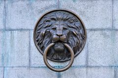 Odessa, Ucrania Golpeador de puerta principal del león, situado en el centro de ciudad de Odessa, Ucrania fotografía de archivo libre de regalías