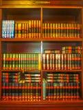 Odessa, Ucrania - Jily 09, 2017: El Torah viejo entre los estantes de madera con los libros sagrados en la sinagoga Beit Habad imagen de archivo libre de regalías