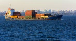 Odessa Ukraina - Augusti 08, 2018 Stora transporter för ett lastfartyg arkivfoto
