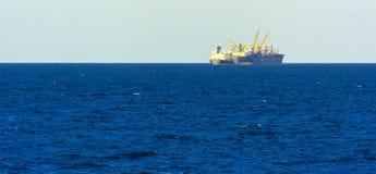 Odessa Ukraina - Augusti 08, 2018 Stora transporter för ett lastfartyg arkivbild