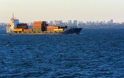 Odessa Ukraina - Augusti 08, 2018 Stora transporter för ett lastfartyg fotografering för bildbyråer
