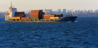 Odessa Ukraina - Augusti 08, 2018 Stora transporter för ett lastfartyg arkivbilder