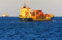 Odessa Ukraina - Augusti 08, 2018 Stora transporter för ett lastfartyg royaltyfri bild