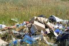 Odessa Ukraina, Czerwiec, - 08, 2019: Śmieci rozpraszał w polu blisko lasowego zanieczyszczenia natura zdjęcie royalty free